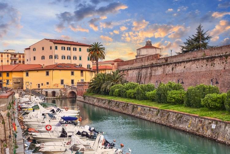 5 cose da sapere per visitare Livorno, il più grande porto della Toscana: da La Venezia ai 4 Mori, storie e curiosità sulla città labronica