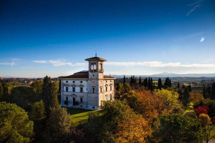 Sposarsi in Toscana per molte coppie è la realizzazione di un sogno. Ecco le migliori location tra residenze storiche e castelli nella provincia di Arezzo.