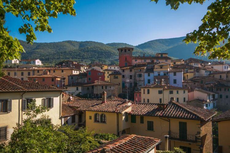 Vista sul borgo toscano di Loro Ciuffenna con in lontananza il grande massiccio del Pratomagno.
