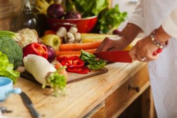 Spreco in cucina, tante ricette gustose per utilizzare bene e in maniera originale le parti degli alimenti che normalmente scartiamo: bucce, semi e fiori