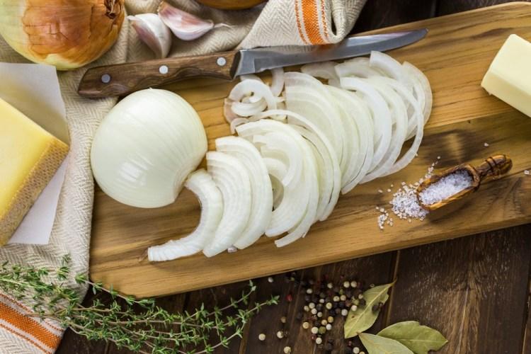 Ricetta della Zuppa di Cipolle alla Maremmana: rivisitazione della classica ricetta della zuppa di cipolle francese in chiave toscana, con piccole sapienti modifiche