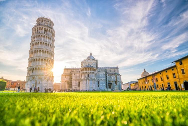 La Torre Pendente è la torre campanaria del Duomo di Pisa in Piazza dei Miracoli