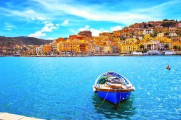 Il Monte Argentario si trova nella Maremma grossetana ed è uno dei luoghi più belli dove passare le vacanze in Toscana: mare cristallino, storia e tipicità