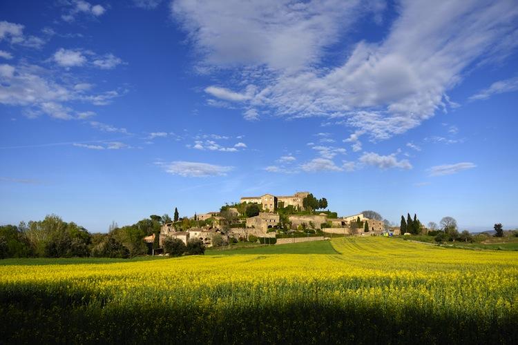 Nella provincia di Girona in Spagna si trova la Valle del Solius, conosciuta come la Toscana di Catalogna per le sue dolci colline e gli infiniti vigneti.