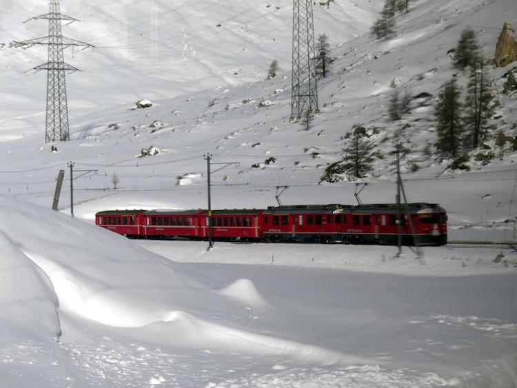 Il Trenino Rosso del Bernina collega Tirano con St. Moritz attraverso la ferrovia più alta d'Europa
