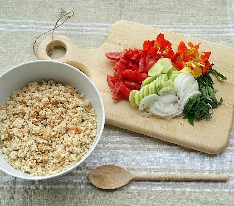 La Panzanella toscana è un piatto tipico della tradizione contadina a base di pane raffermo. Ricetta estiva dai colori mediterranei e i sapori dell'orto.