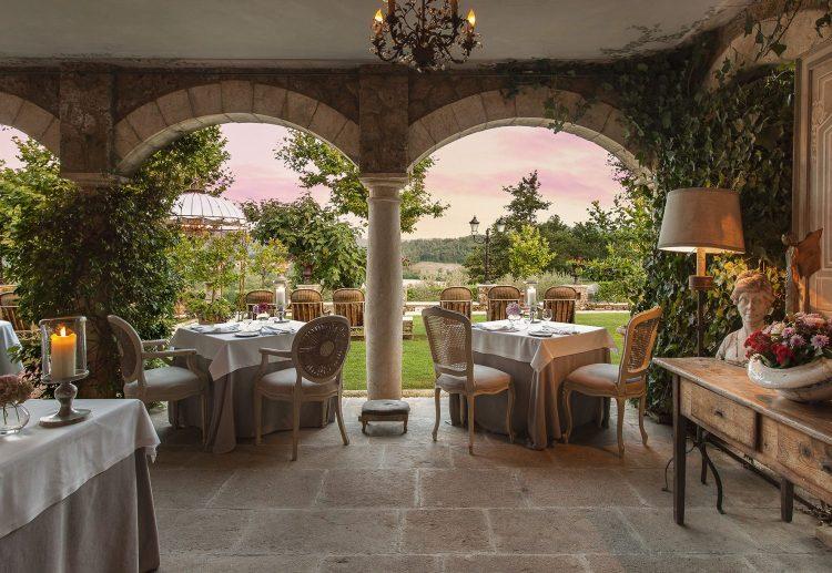 Esterno di Borgo San Pietro con il ristorante stellato Meo Modo