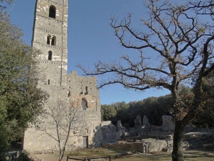 L'abbazia di San Rabano si trova nel Parco Naturale della Maremma