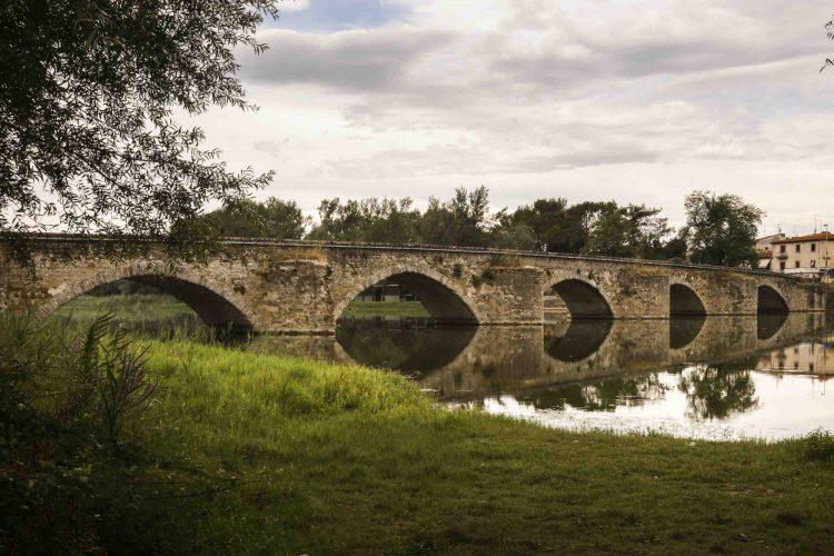 La Tenuta Sette Ponti si trova nel Valdarno di Sopra, in Toscana, e tra le sue etichette conta vini di pregio quali. l'Oreno, il Crognolo, Vigna dell'Imperatore.