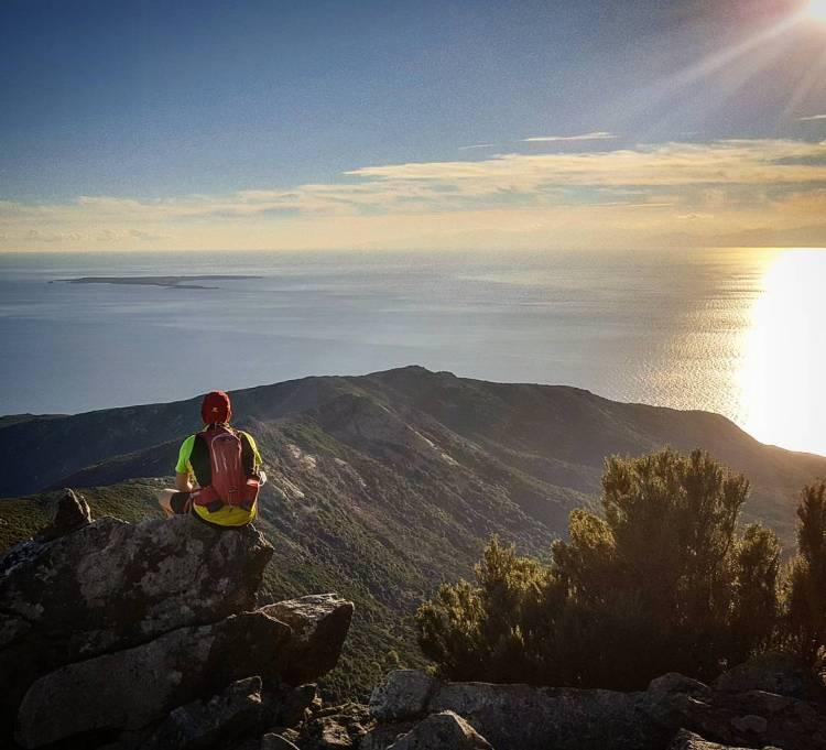 Il Monte Capanne è la vetta più alta dell'Isola d'Elba e dall'alto dei suoi 1019 metri offre una vista unica e mozzafiato sull'Arcipelago Toscano.