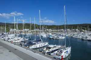 Marina di Scarlino, porto turistico della Toscana alle porte della Maremma, ospita Baia Scarlino Resort con la sua fornita Galleria Commerciale.