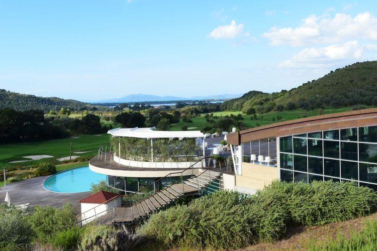 Argentario Golf Resort & SPA è un sogno made in Tuscany ad occhi aperti: 2700 mq di zona wellness, 18 buche di campi da golf, suite nel cuore della Maremma Toscana.
