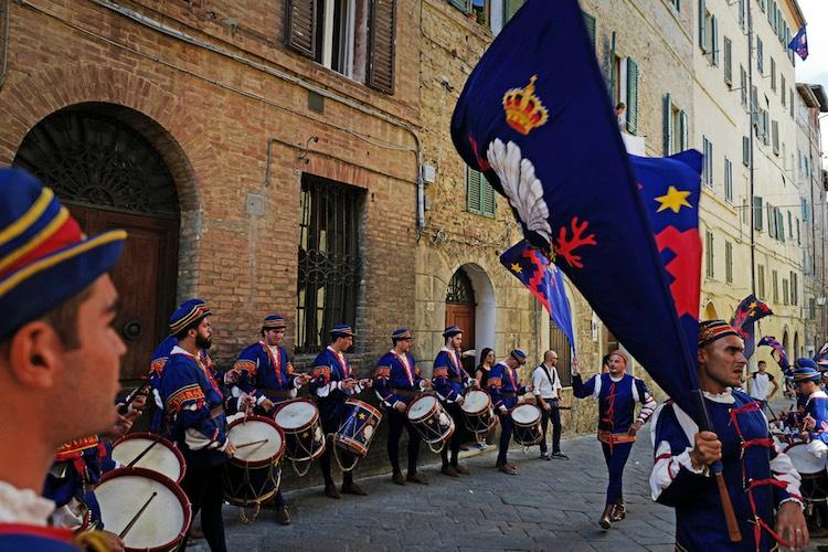 Il Palio di Siena è forse la corsa equestre più famosa del mondo, nonchè una delle tradizioni più vive e sentite dai toscani. Vi raccontiamo la vera storia delle contrade di Siena