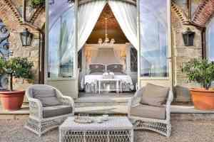 Villa Le Fontanelle è una residenza d'epoca sulle colline di Firenze, immersa in un magnifico giardino all'italiana su cui si affacciano le 6 suite del Boutique Hotel Fiorentino.