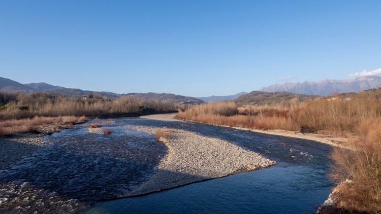 Fiume Magra in Lunigiana con vista sugli Appennini
