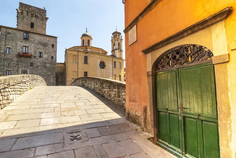 La Lunigiana è una regione nel Nord della Toscana, corrispondente all'antico territorio di Luni, ovvero alle zone circostanti al corso del fiume Magra.