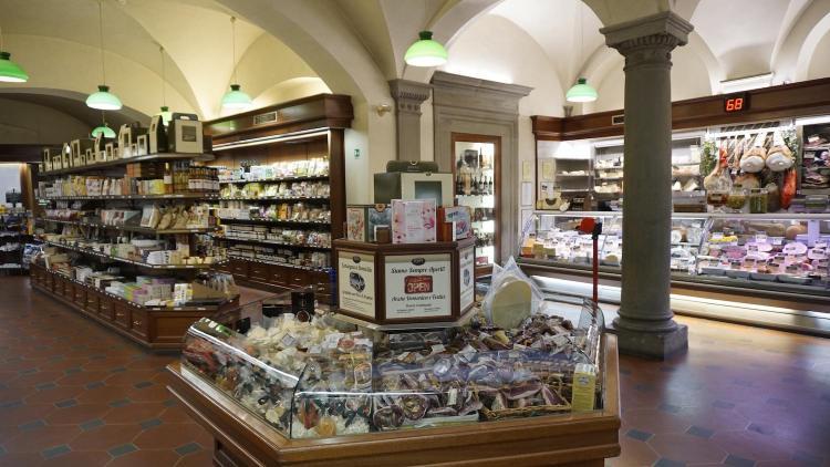 La gastronomia Pegna è il più famoso Grocery Store a Firenze. Nata nel 1860 è oggi uno dei più importanti negozi di riferimento per prodotti alimentari e non di alta qualità a Firenze.