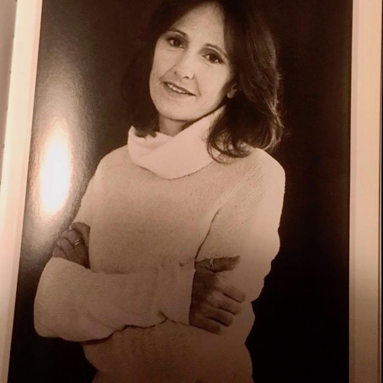 Alba Donati è la direttrice del Gabinetto scientifico-letterario G.P. Vieusseux di Firenze oltre a una delle poetesse italiane contemporanee più conosciute. L'abbiamo incontrata nella sua casa di Firenze, per un'intervista esclusiva, tra libri, poesia e scrittura.