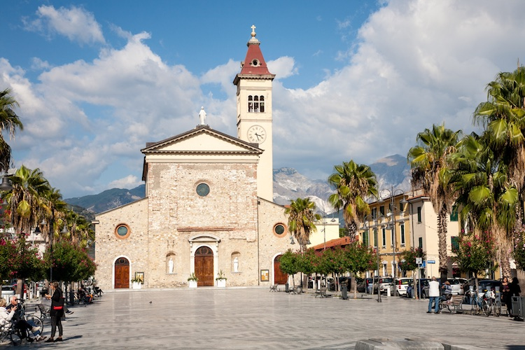 Marina di Carrara, luogo di villeggiatura e di tradizione culinarie si trova sul confine settentrionale della Toscana.