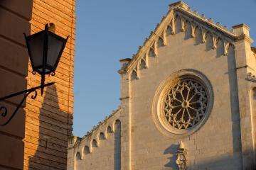Carducci è il sommo poeta toscano nato a Valdicastello, Pietrasanta nel 1835. La casa natale di Giosuè Carducci è oggi una Casa della Memoria