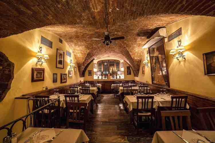 La Grotta Guelfa è un ristorante a Firenze nel cuore del centro storico che mescola antico e moderno aperto 7 gg su 7 con orario continuato.