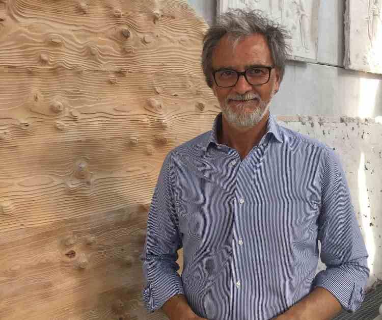 Luciano Massari è uno sculture toscano di fama internazionale, direttore dell'Accademia delle Belle Arti di Carrara e docente di Scultura.