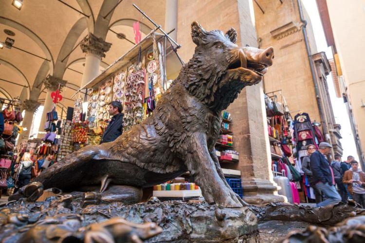 La Fontana del Porcellino di Firenze è meta di milioni di turisti che gli toccano il muso per la buona sorte. Ma il Porcellino porta fortuna?