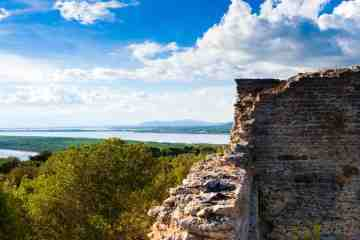 L'antica città di Cosa, sorge nel sud della Maremma, ad Ansedonia. Consiglio: visitate gli scavi archeologici, offrono panorami mozzafiato