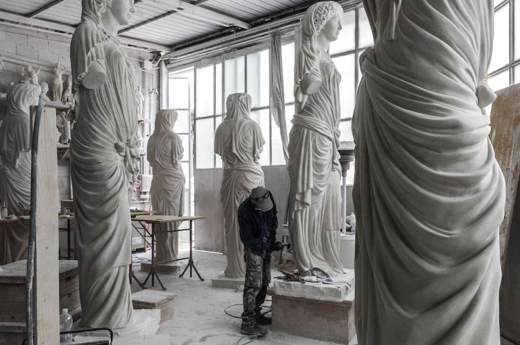 Massimo Galleni ha un importante laboratorio artistico a Pietrasanta, specializzato in lavorazione del marmo e riproduzione di opere d'arte.