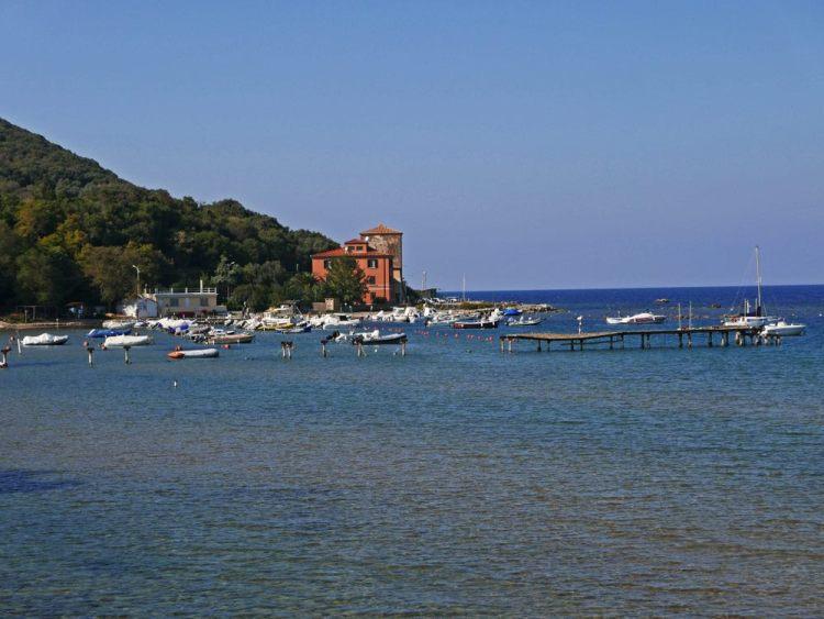 Il Golfo di Baratti è una delle spiagge più belle della dell'Alta Maremma: una fresca pineta, acque limpide e i resti etruschi di Populonia.