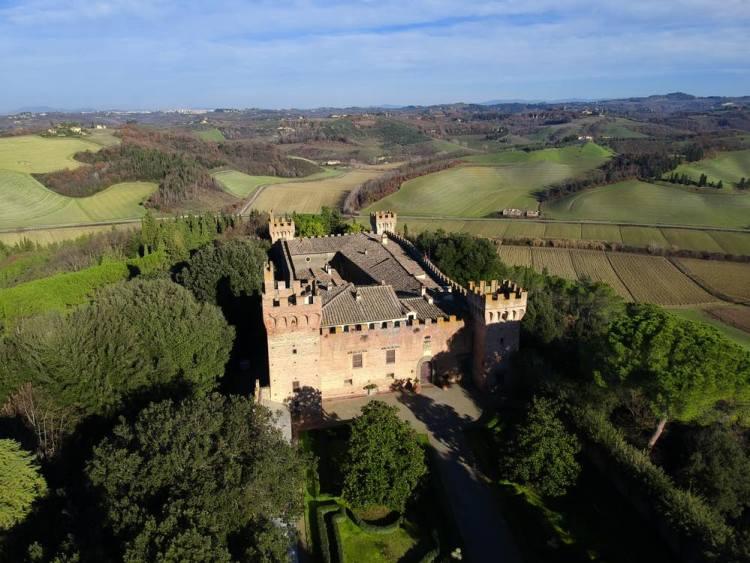 Il Castello di Oliveto a Castelfiorentino si trova vicino alla via Volterrana, antica via del sale, oggi tra le più belle strade di Toscana