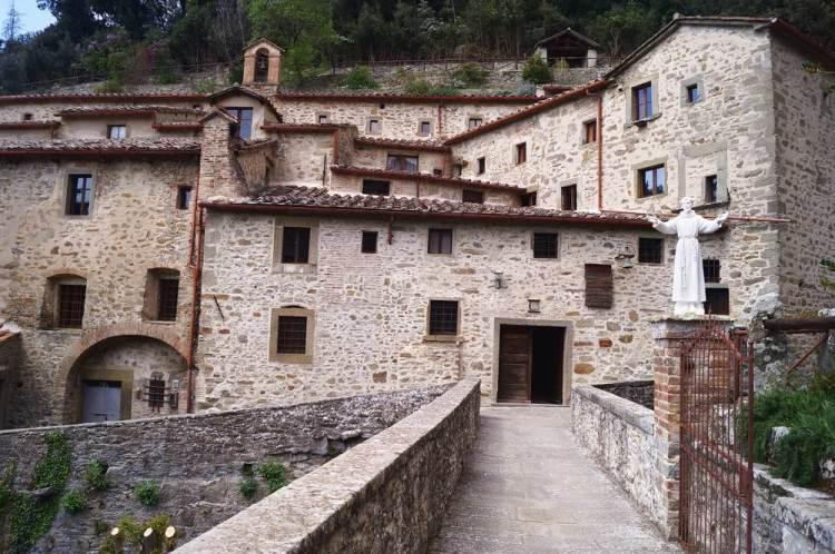 Vista su Le Celle di San Francesco a Cortona, l'eremo toscano fondato da San Francesco d'Assisi.