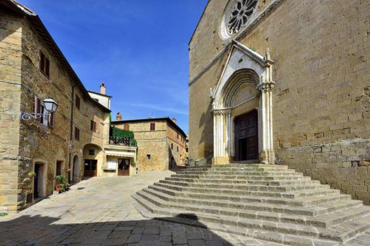 Chiesa dei Santi Leonardo e Cristoforo nel borgo di Monticchiello in Val d'Orcia