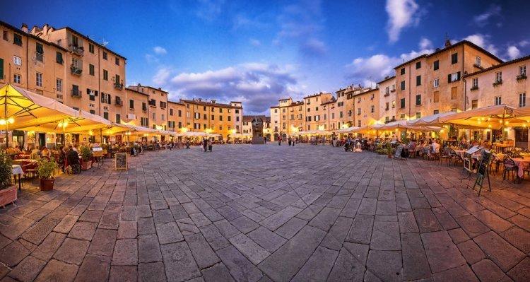 Piazza Anfiteatro a Lucca sorge su antico anfiteatro romano ed è oggi una delle più belle piazze della Toscana.