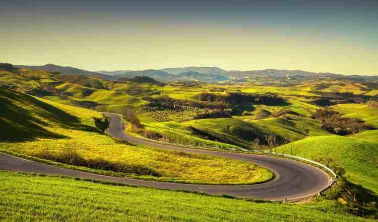 La via Volterrana, una delle più belle strade panoramiche della Toscana, nasce in epoca etrusca come via del sale