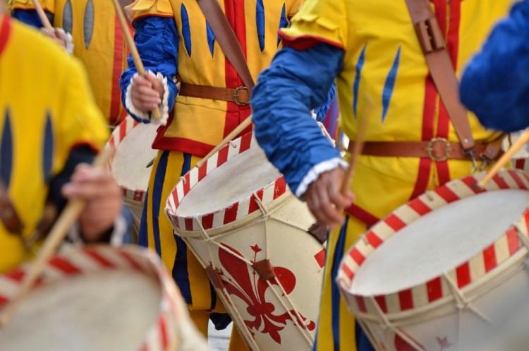 Corteo storico che procede la finale del Calcio in costume a Frienze