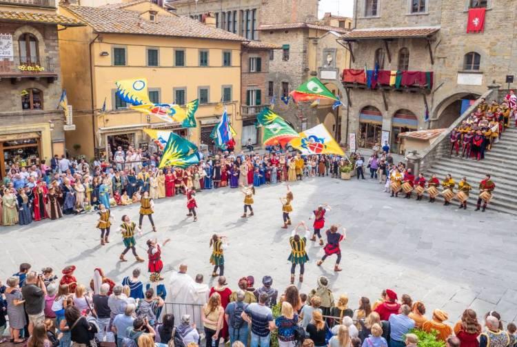 A Cortona, come in tutta la Val di Chiana , si utilizza l'espressione Alò, tipica del dialetto aretino.