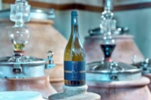 Bottiglia di Nesos, il vino prodotto con le tecniche degli Antichi Greci