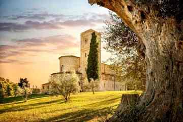 L'Abbazia di Sant'Antimo si trova in Val d'Orcia, una delle più belle zone della Toscana.