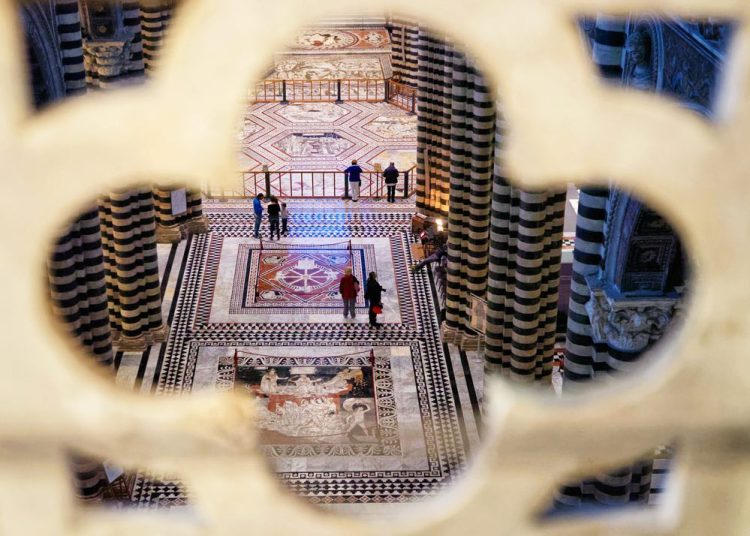 Il pavimento del Duomo di Siena è composto da 56 mosaici di marmo.