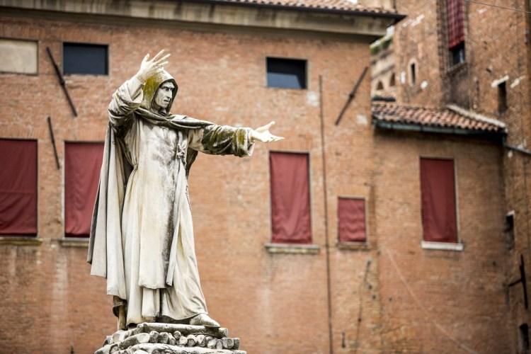 La statua di Girolamo Savonarola a Ferrara