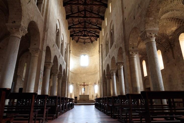 L'interno della Abbazia di Sant'Antimo in Val d'Orcia