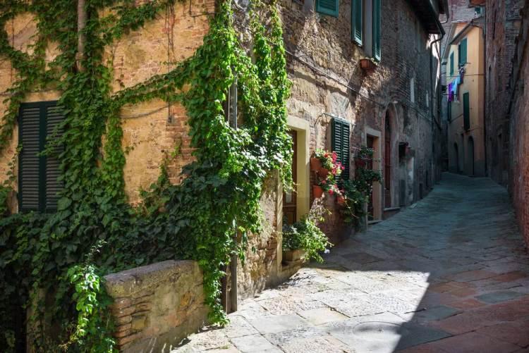 Tipica strada toscana nel borgo di Chianciano in provincia di Siena.