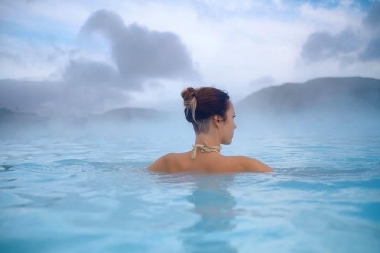 Ragazza immersa in una piscina termale a Chianciano in Toscana