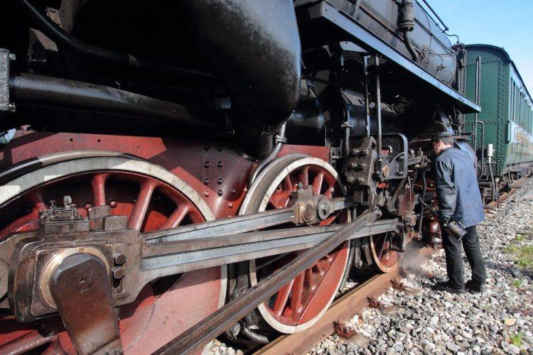 Il treno storico della Val d'Orcia promuove un turismo slow in Toscana.