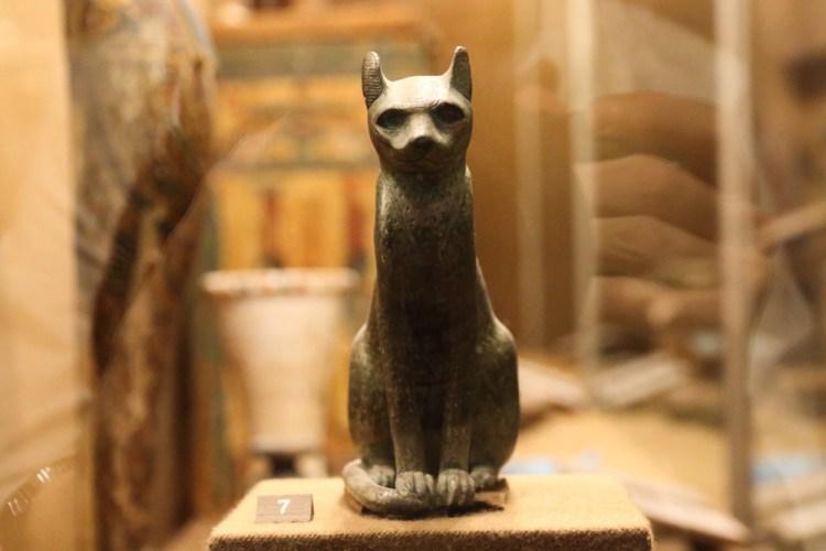 Antica statua egiziana che rappresenta la dea Bastet in forma di gatto
