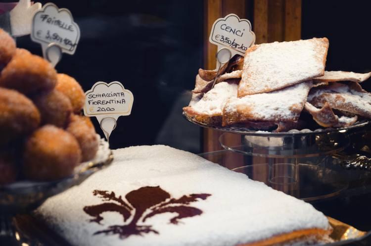 Frittelle, cenci e schiacciata alla fiorentina sono i dolci di Carnevale tipici di Firenze.