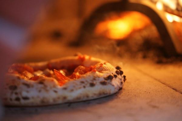 Pizza napoletana nel forno di Duje pizzeria a Firenze di Michele Leo