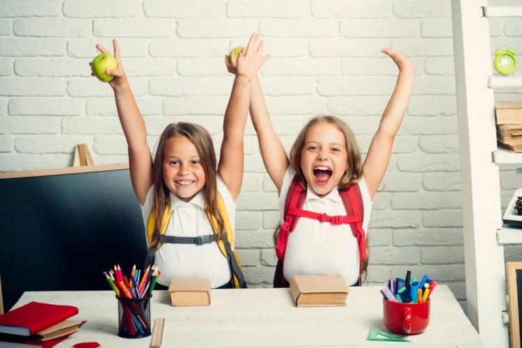 Bambine al primo giorno di scuola