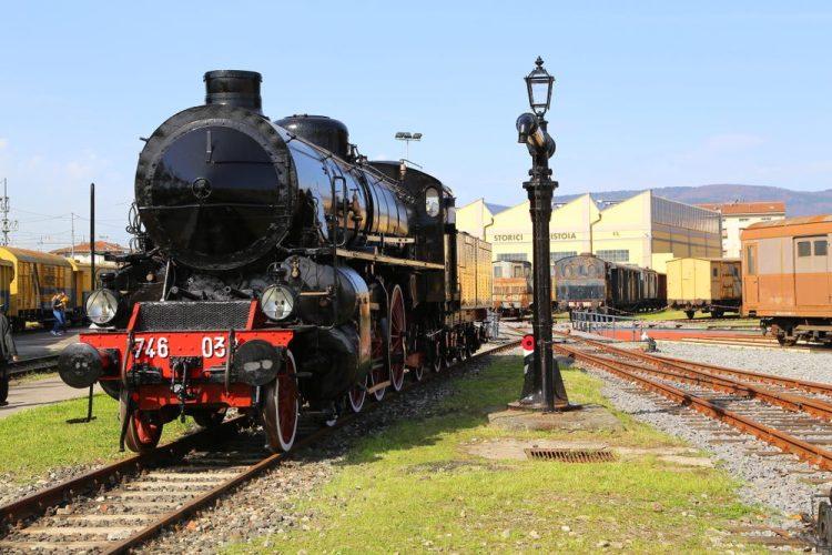 Locomotiva nel deposito rotabili storici a Pistoia